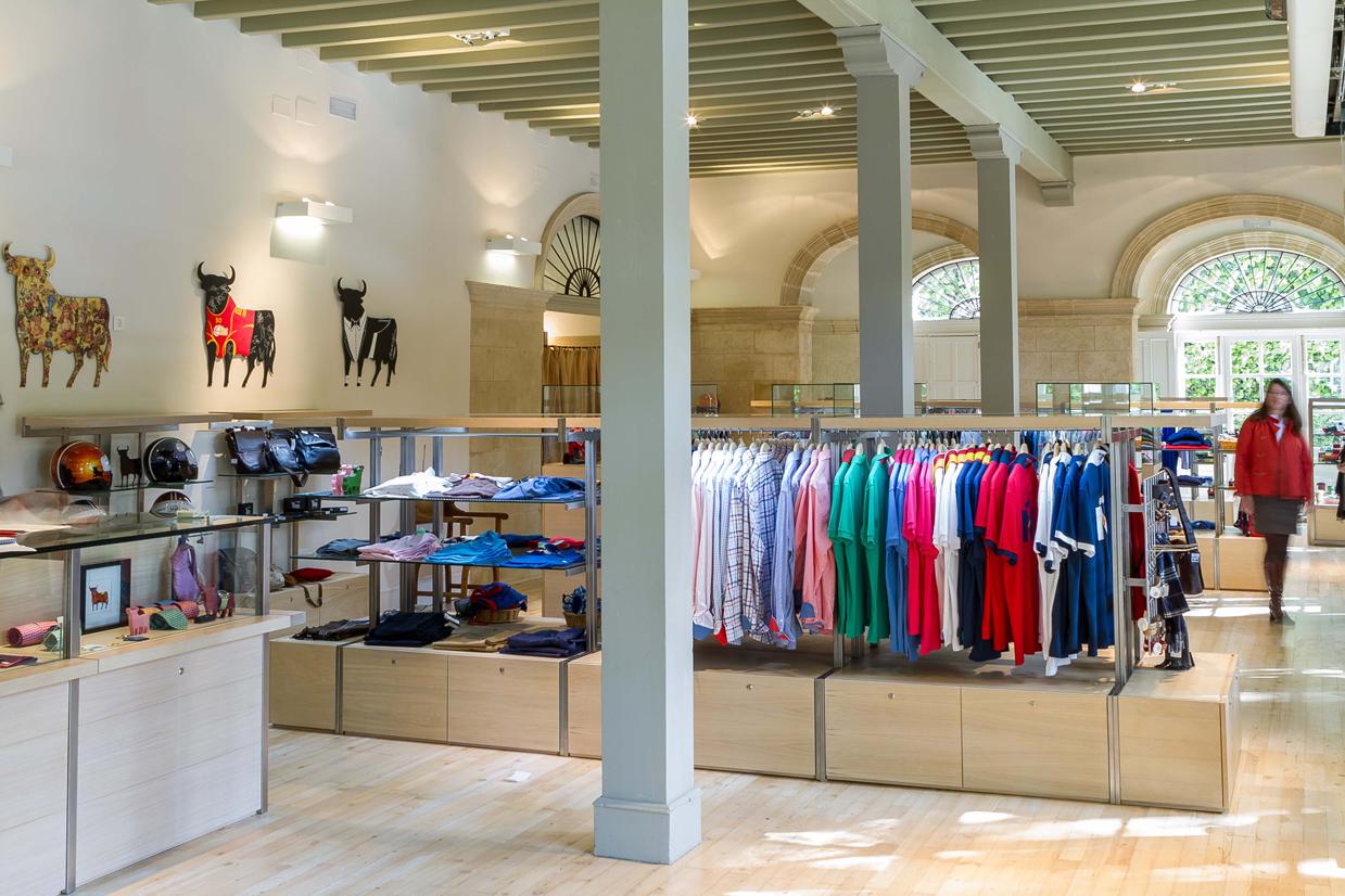 Fotografía del interior de la tienda Osborne situada en Málaga. Diseño y arquitectura: Estudio Ollero.