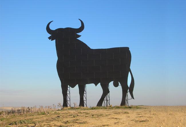 """Le taureau Osborne de Cabezas de San Juan"" por Grez licenciado bajo CC BY-SA 3.0"