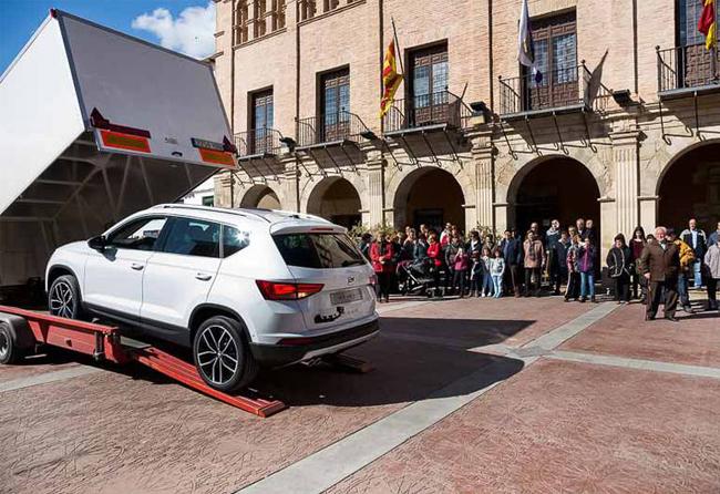 Seat Ateca saliendo del trailer en la plaza del Ayuntamiento de Ateca, Zaragoza, Aragón