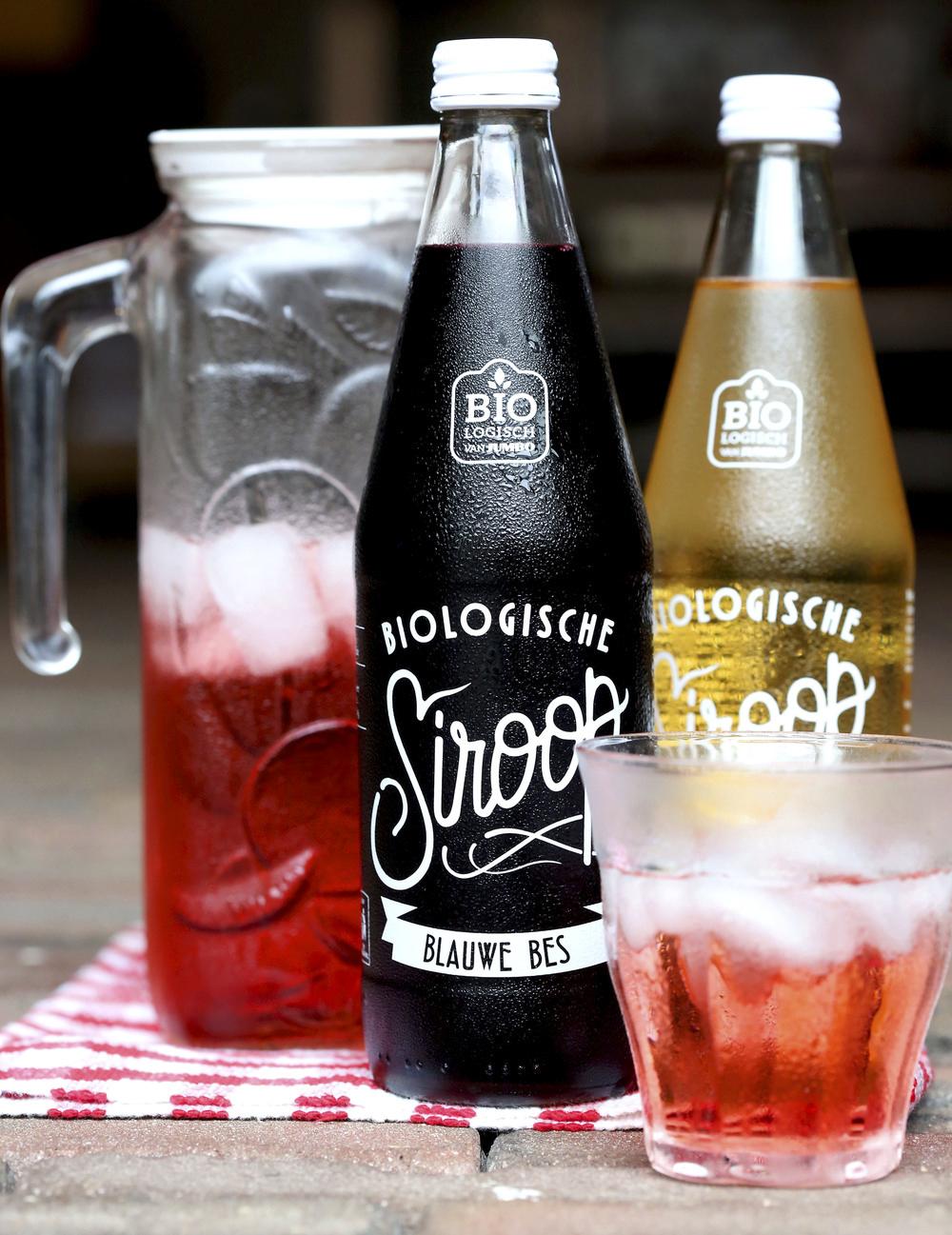 En este ejemplo, tanto el diseño gráfico como el diseño del envase de la botella tiene una clara inspiración vintage.