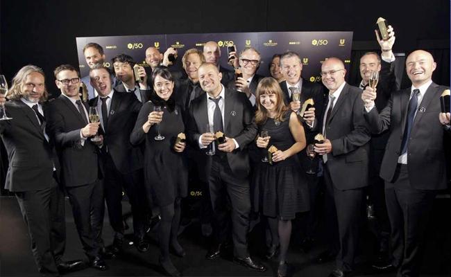 El equipo de diseño industrial de Apple al completo recibiendo el premio al mejor estudio de diseño de los últimos 50 años.