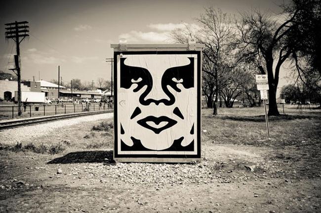 Graffiti del artista OBEY
