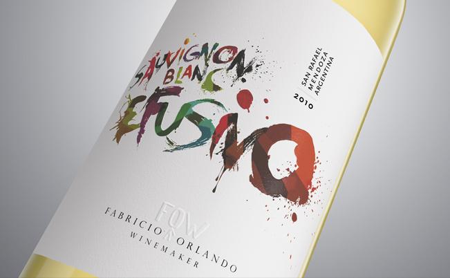Diseño desenfadado para vino blanco por Estudio Luvaro.